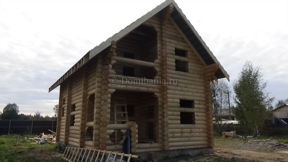 дом и оцилиндрованного бревна
